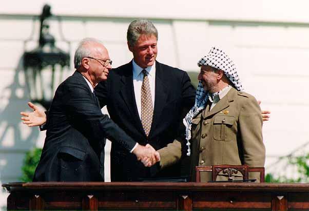 Clinton, Rabin, Arafat. Historiallinen kuva Valkoisen talon puutarhasta 1993. Kuvalähde: Wikimedia.org