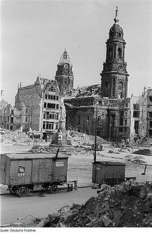 220px-Fotothek_df_ps_0000377_002_Ansicht_mit_Siegesdenkmal,_Rathausturm_und_Kreuzkirch